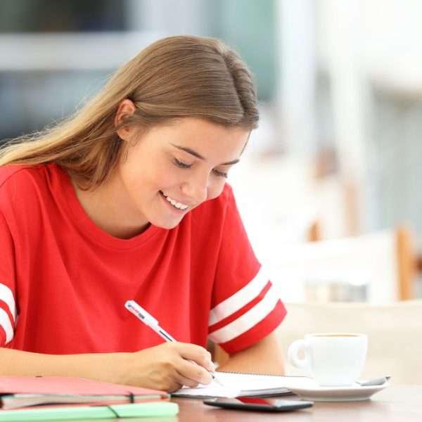 Garota executando um plano de estudos