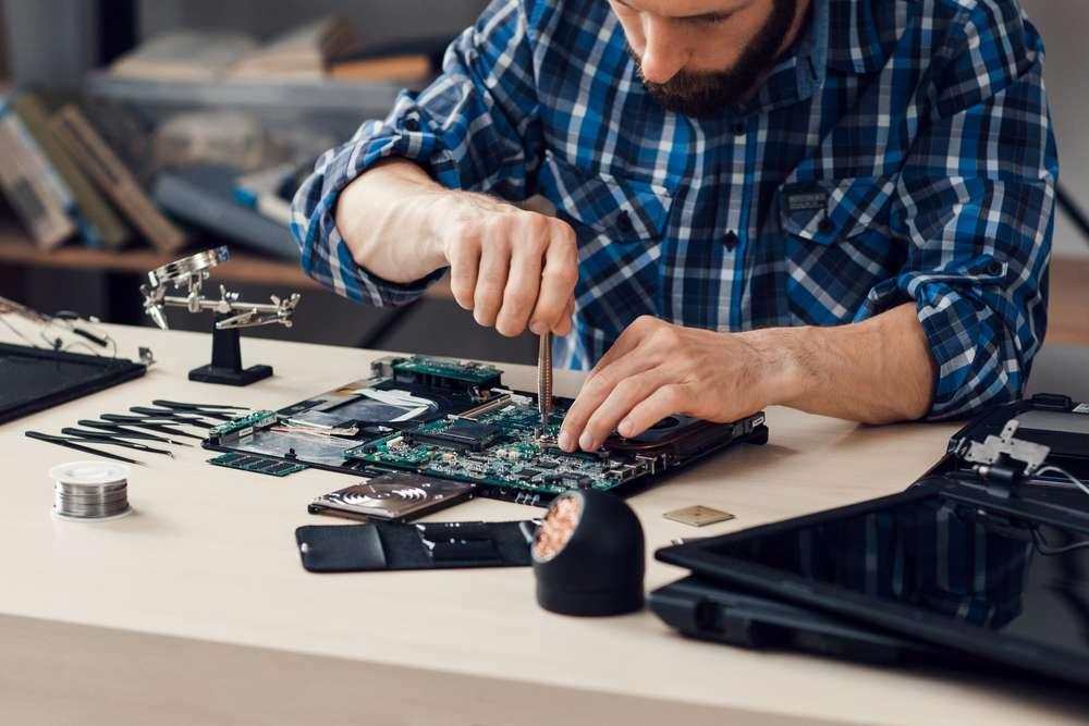 Profissional formado no curso de engenharia da computação fazendo a manutenção de hardwares